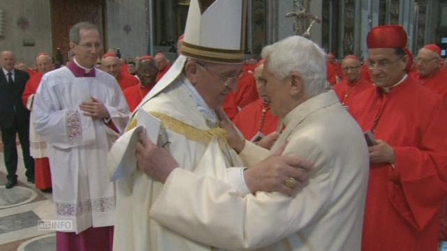 La première apparition publique de Benoît XVI [RTS]