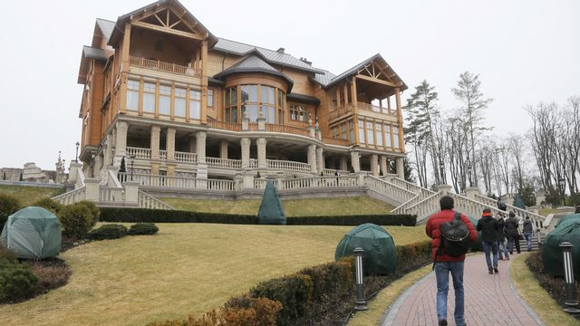 La résidence du président ukrainien Viktor Ianoukovitch a été investie par les opposants samedi. [AP Photo/Efrem Lukatsky - Keystone]