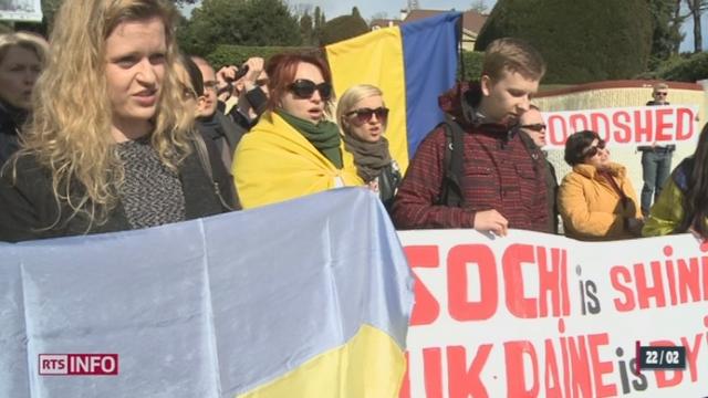 Une cinquantaine d'Ukrainiens de Suisse se sont rassemblés devant le musée olympique à Lausanne [RTS]