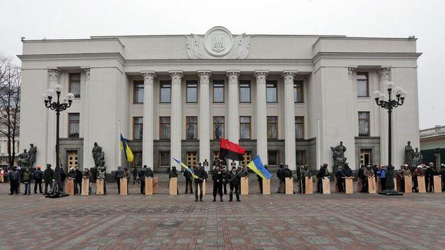 Des membres de l'opposition devant le parlement ukrainien ce samedi 22 février. [Maxim Shipenkov - EPA/Keystone]