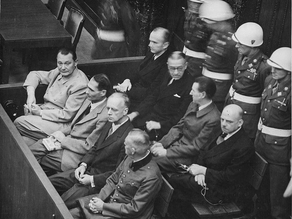 Les accusés dans leur box lors du procès de Nuremberg. 1945-1946. [Gouvernement fédéral des USA. - Commons]