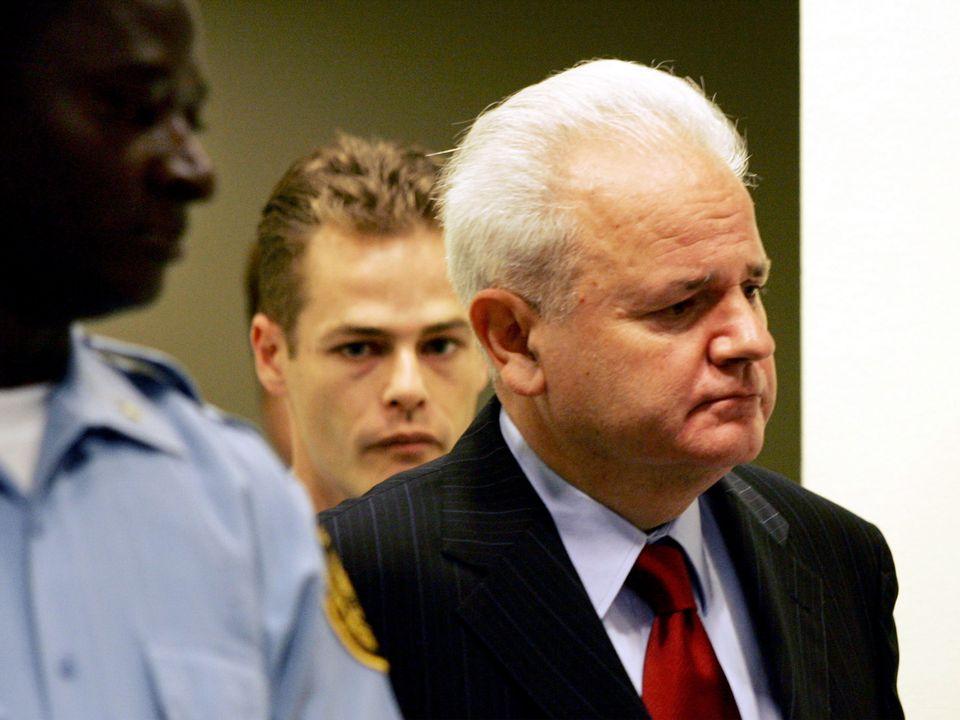 Slobodan Milosevic entrant à la Cour de la Haye en juillet 2004. [Bas Czerwinski/Pool - Reuters]