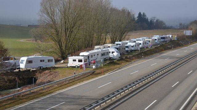 La prise en charge des gens du voyage dans le canton du Jura continue de susciter la polémique. [Gaël Klein - RTS]