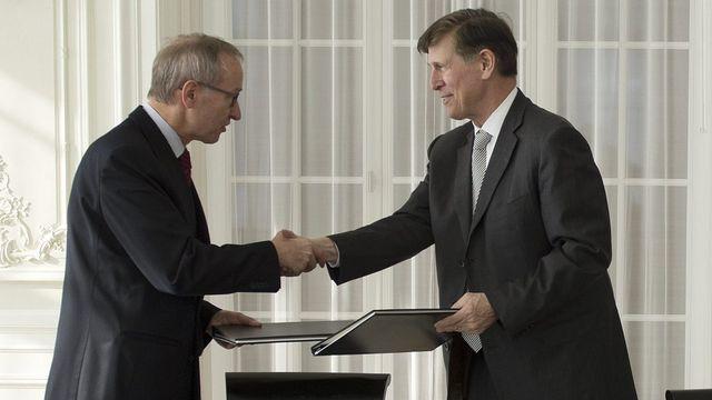 L'accord FATCA a été signé le 14 février 2013 à Berne par le secrétaire d'Etat Michael Ambühl et l'ambassadeur américain Don S. Beyer. [Peter Schneider - Keystone]