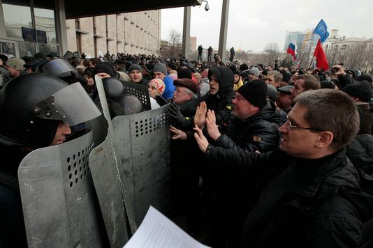 Mercredi, des manifestants pro-russes reprennent le bâtiment de l'administration régionale à Dontesk, dont il avaient été chassés le matin même. [AP Photo/Sergei Chuzavkov - Keystone]