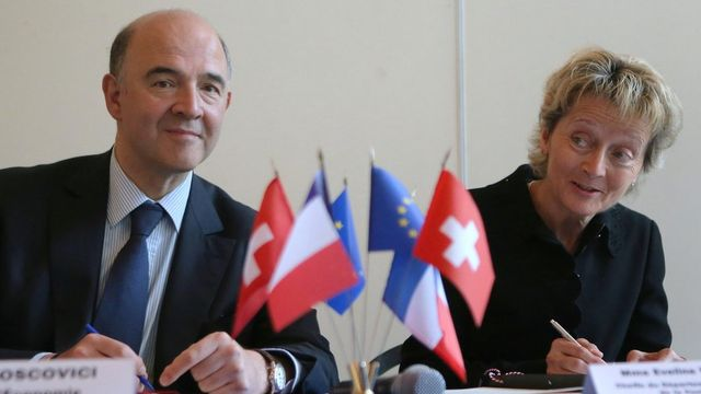 Pierre Moscovici et Eveline Widmer-Schlumpf. [Michel Euler - AP/Keystone]
