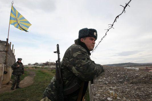 Les troupes ukrainiennes en Crimée, ici à Belbek, ont été sommées par le vice-Premier ministre de devenir russes, ou de partir. [Zurab Kurtsikidze - Keystone]