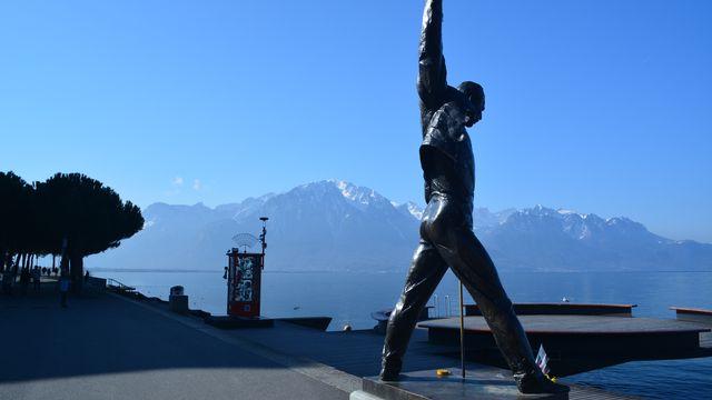 La statue de Freddy Mercury à Montreux, avec le Grammont en arrière-plan, vers 11 heures. [Marie-Louise Giroud - vosinfos]