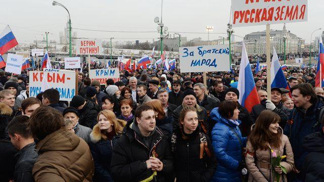 """""""La Crimée est une terre russe"""", peut-on lire sur des pancartes arborées à Moscou. [Mikhail Voskresenskiy - AFP]"""