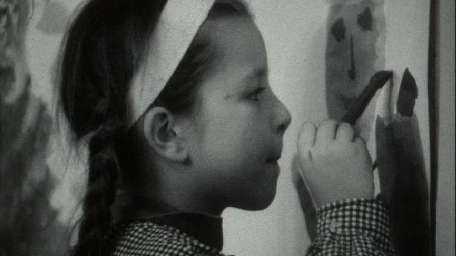 Fillette peignant lors d'un atelier de créativité en 1966. [RTS]
