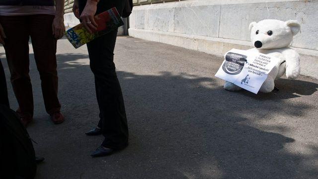 La mascotte de Marche blanche lors du dépôt de l'initiative en avril 2011. [Alessandro della Valle - Keystone]