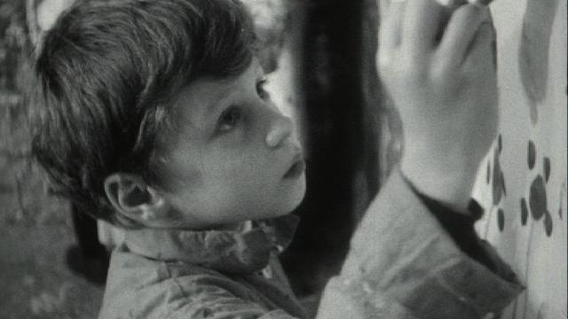 Petit garçon peignant dans un atelier d'art créatif pour enfants, 1966. [RTS]