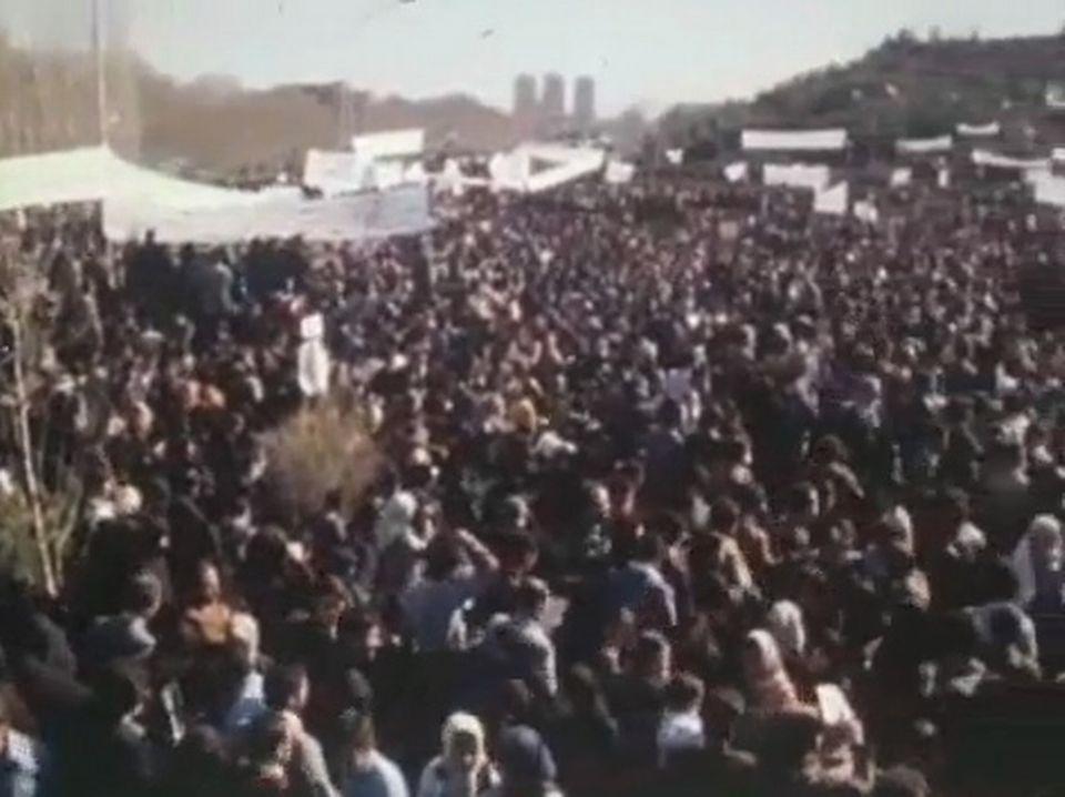 Quelques semaines après le retour de l'ayatollah Khomeyni, les différentes tendances de la révolution iranienne commencent à s'opposer - Temps Présent, 29 mars 1979. [RTS]