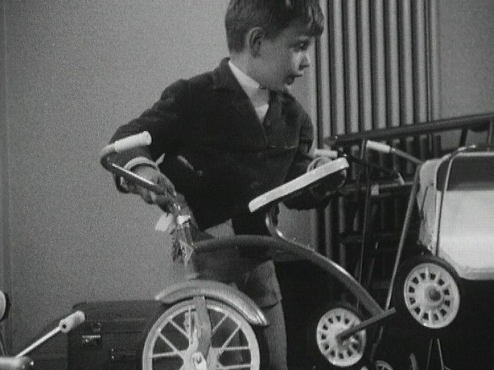 Un garçon dans une ludothèque à Lausanne en 1963. [RTS]