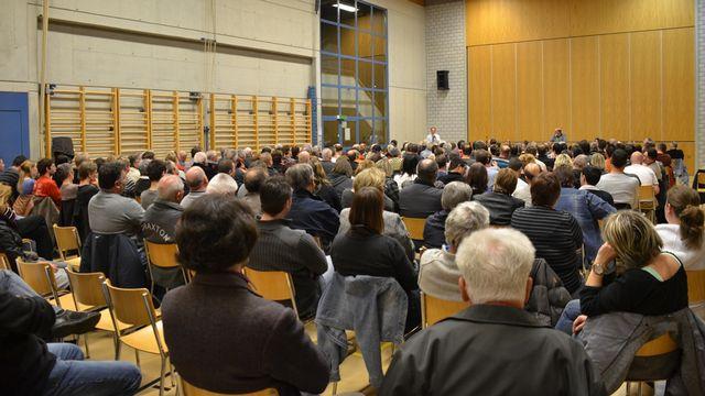 Les citoyens de Bure (JU) réunis en assemblée extraordinaire jeudi soir. [Gaël Klein - RTS]