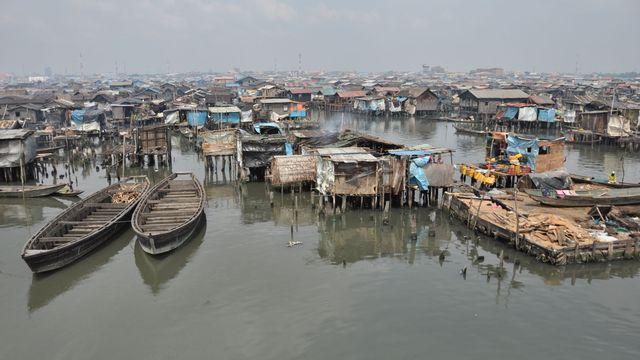 L'eau de l'océan entourant Makoko est devenue grise, opaque, puante et surtout, source de maladies. [Chriss Nwobu]