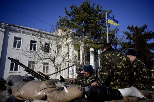 La base militaire ukrainienne de Belbek, en Crimée, est encerclée par les forces russes. [Jakubi Kaminski  - EPA]