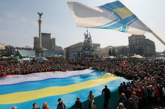 Des milliers d'Ukrainiens ont manifesté dimanche à Kiev. [EPA/SERGEY DOLZHENKO - Keystone]