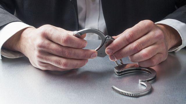 Crime, prison, détention, punition, bracelet, menottes, justice, loi, voleur, homme d'affaire, détenus, prisonniers, ex-détenus, libération, libre, liberté [Laurent Hamels - Fotolia]