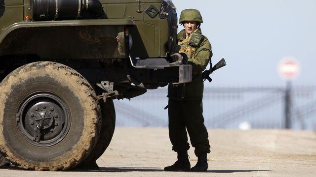 Un soldat des forces russes prêt à lancer l'assaut contre les bases militaires ukrainiennes en Crimée. [Reuters]