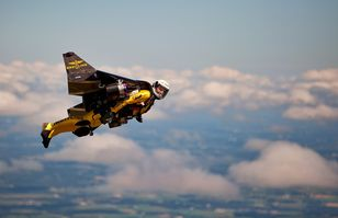 "Yves Rossy, alias ""Jetman"", le premier homme volant. [AP Breitling Mike Shore - Keystone]"
