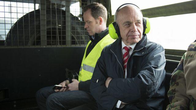 Ueli Maurer lors de sa visite de la base aérienne de Payerne. [Gian Ehrenzeller - Keystone]