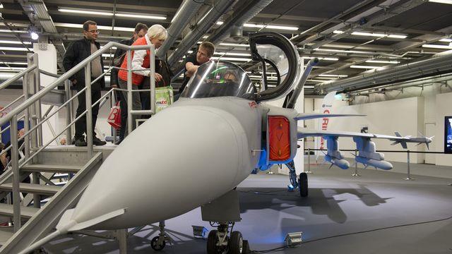 """Un prototype de l'avion de combat suédois Gripen à la """"muba"""" de Bâle en février. [Giorgios Kefalas - Keystone]"""