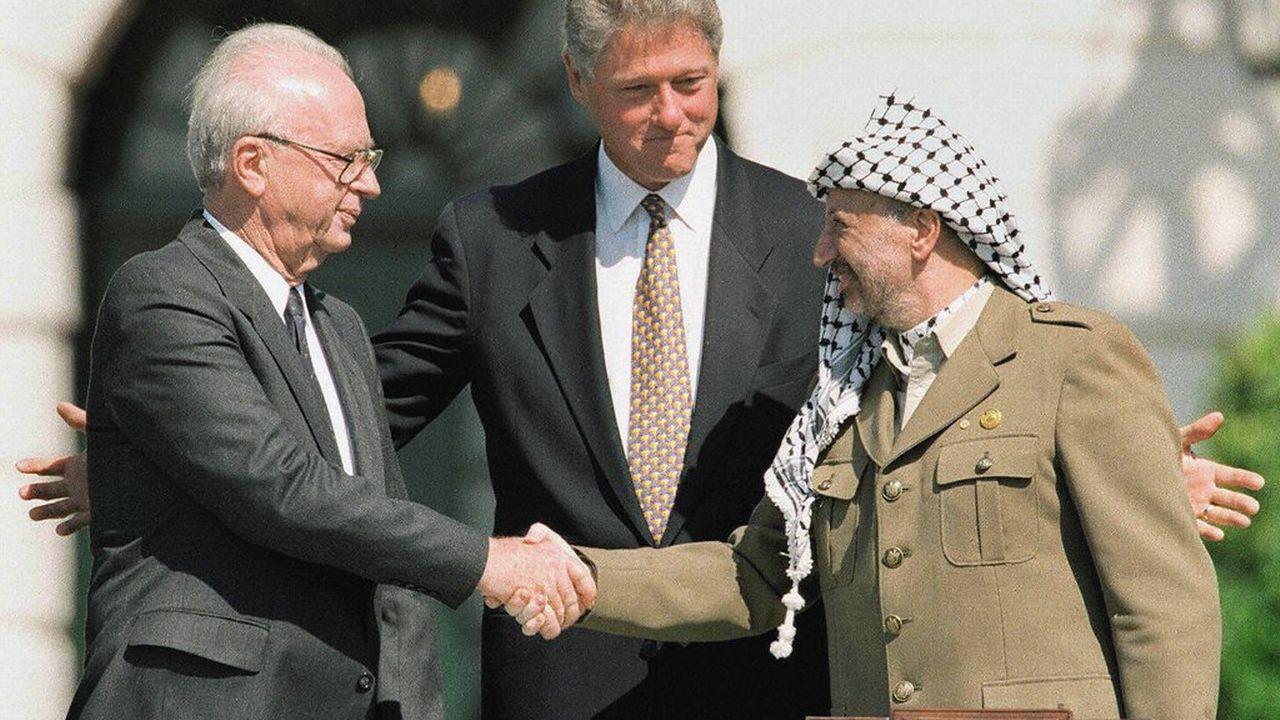 Les accords d'Oslo sont signés entre Yitzhak Rabin et Yasser Arafat sous le regard du président américain Bill Clinton. [J.David Ake - Keystone]