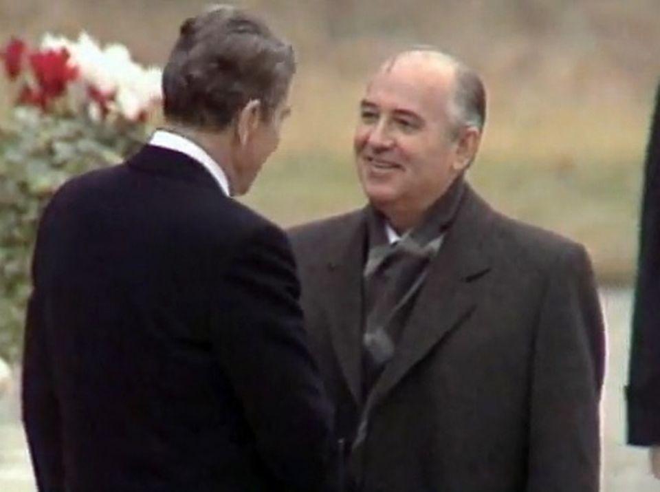 Ronald Reagan et Mikhaïl Gorbatchev à Genève en 1986. [RTS]