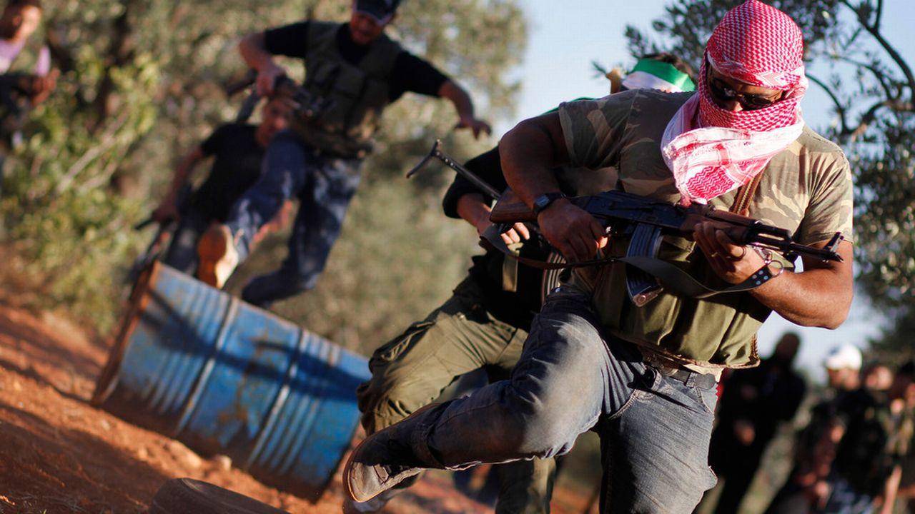 Une séance d'entraînement d'un groupe de rebelles syriens. [AP Photo/Khalil Hamra - Keystone]