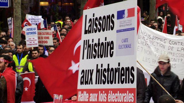 Manifestation à Paris contre la loi Boyer condamnant le négationnisme, en 2011. [RTS - DR]