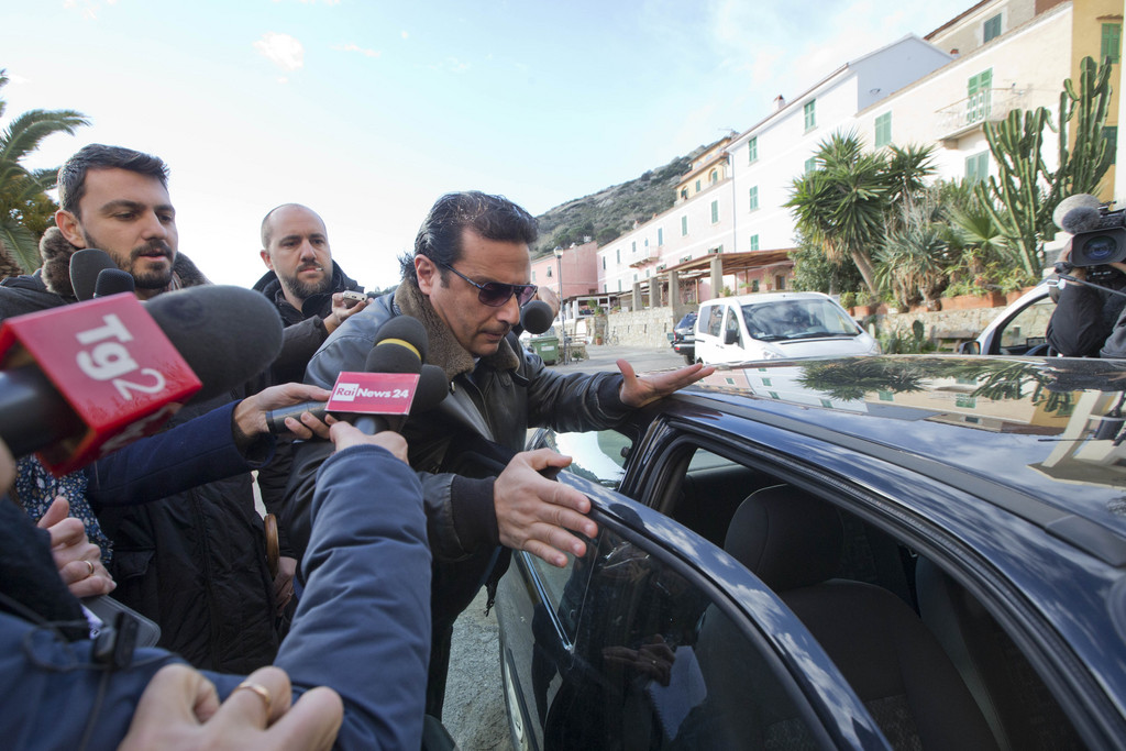 Le capitaine Schettino a été assailli par les journalistes.