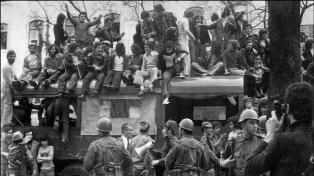 La foule et des militaires amassés devant la caserne de la garde républicaine à Lisbonne le 27 avril 1974. [AFP]
