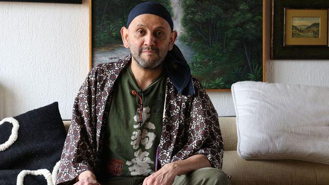 Le comédien et metteur en scène Omar Porras, chez lui à Genève en avril 2014. [Charles Sigel - RTS]