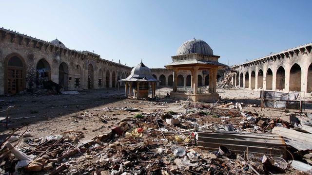 La Grande Mosquée d'Alep a subi les ravages de la guerre a plusieurs reprises, notamment lors de la bataille d'Alep en octobre 2012 et lors de bombardements de l'armée syrienne le 24 avril 2013. La photographie montre l'état de l'édifice religieux le 15 décembre 2013. [Molhem Barakat - Reuters]
