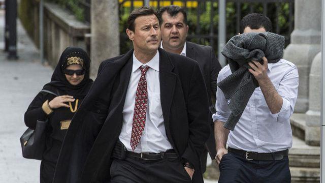 Les deux accusés et leur avocat, lundi, à l'arrivée au tribunal. [Karl Mathis - Keystone]