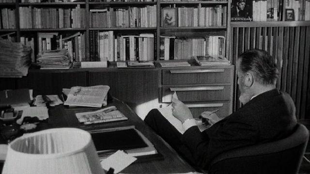 Homme lisant dans sa bibliothèque : le journaliste Benjamin Romieux. [RTS]