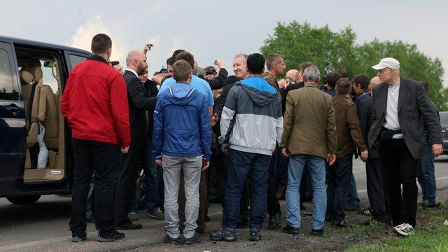 Les observateurs de l'OSCE libérés ce samedi ont été chaleureusement accueillis à leur arrivée à Donetsk. [Igor Kovalenko - EPA - Keystone]