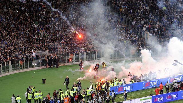 Les supporters napolitains ont lancé de nombreux fumigènes après avoir appris qu'un des leurs avait été blessé. [Keystone]