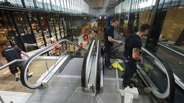 Des ouvriers finissant les travaux de la nouvelle allée centrale de la gare Cornavin. [Martial Trezzini - Keystone]