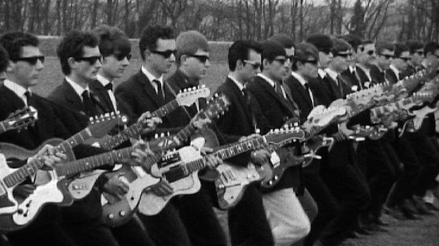 Une cohorte de guitaristes mise en scène pour La Rose d'Or en 1964. [RTS]