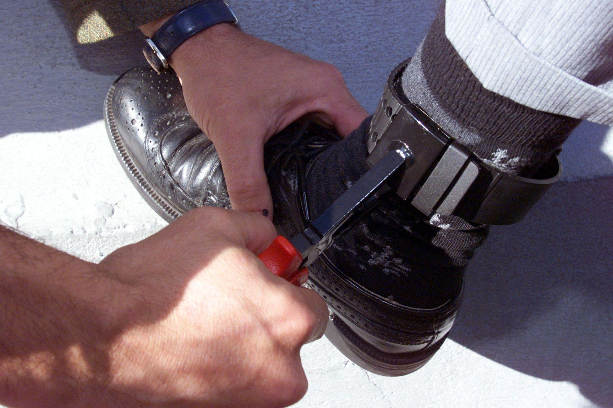 Zurich Va Tester Des Bracelets Gps Pour Jeunes D 233 Linquants