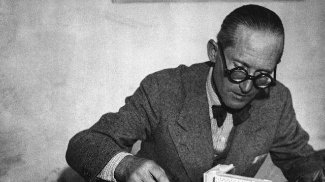 L'architecte Le Corbusier présentant une maquette. [AP/Keystone]