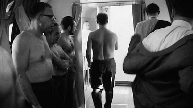 Groupe d'hommes passant radiographie des poumons, 1969. [RTS]