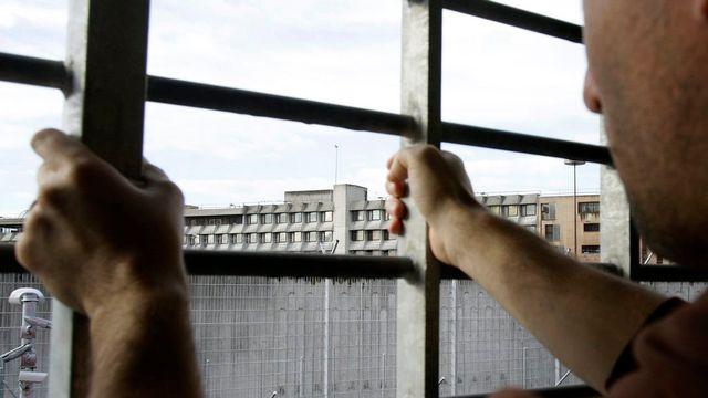 Les experts demandent aux cantons de prévoir des places de prison supplémentaires. [MARTIAL TREZZINI - Keystone]