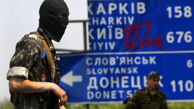 Soldats pro-russes gardant une ligne fortifiée rebelle près de Slaviansk. [Yannis Behrakis  - Reuters]