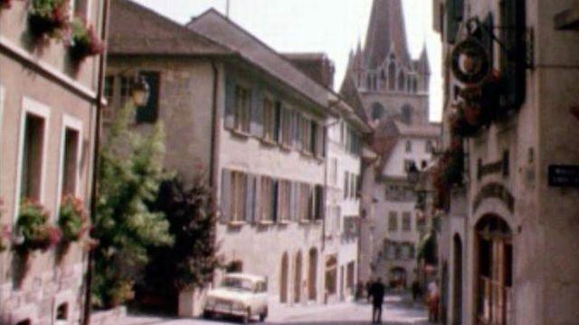 Les ruelles de la Cité au pied la Cathédrale Notre-Dame de Lausanne en 1970. [RTS]