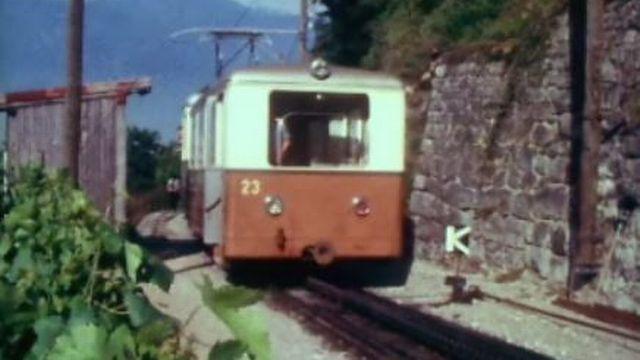 Le petit train rouge entre Aigle et Leysin, en 1970. [RTS]