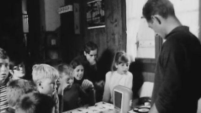 Prêtres, ils animent des colonies de vacances, 1968. [RTS]