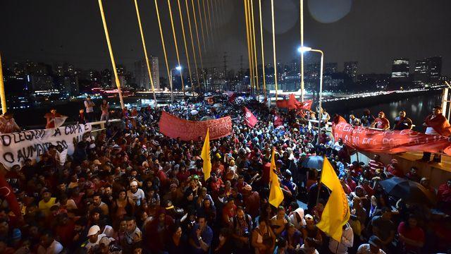 Entre 15'000 et 30'000 personnes ont défilé jeudi soir contre la Coupe du monde de football. [AFP]
